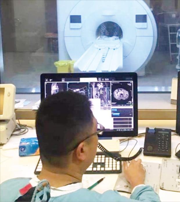 중국 상하이 푸단의대 의료진이 환자에게 자기공명영상(MRI) 검사를 하고 있다. 이지현  기자