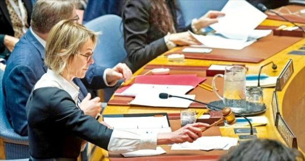 < 안보리 회의 주재하는 美 유엔대사 > 켈리 크래프트 유엔주재 미국 대사가 11일(현지시간) 뉴욕 유엔본부에서 북한의 미사일 도발 문제를 논의하기 위해 소집한 유엔 안전보장이사회 회의를 주재하고 있다.   AFP연합뉴스