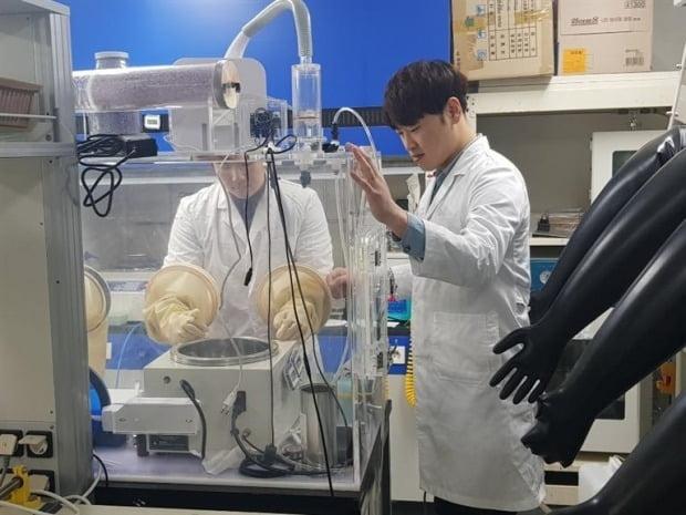 한양대 화학공학과 대학원생들이 실험실에서 글로브박스를 이용해 열역학 관련 과제를 연구하고 있다. 이해성 기자