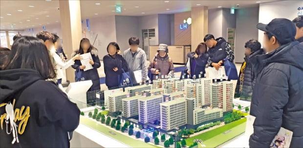 13일 위례신도시 '수서역세권 신혼희망타운' 모델하우스를 찾은 신혼부부들이 아파트 단지 모형을 살펴보고 있다.  배정철 기자
