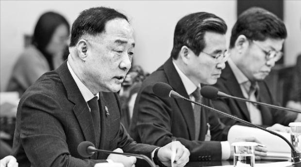 홍남기 부총리 겸 기획재정부 장관(왼쪽)이 13일 청와대에서 문재인 대통령에게 2020년 경제정책방향을 보고하고 있다. 가운데는 김용범 기재부 1차관.  청와대 제공