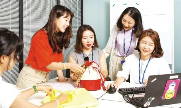 코오롱인더스트리 FnC부문은 전 직원의 46%가 여성이다. FnC부문 직원들이 회의하고 있다. 코오롱 제공