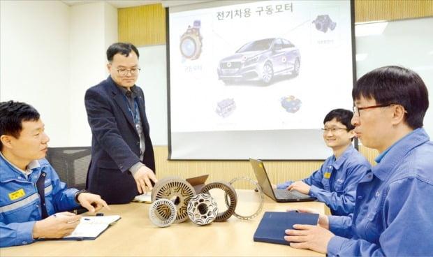 김정우 포스코 기술연구원 수석연구원(왼쪽 두 번째)이 연구원들에게 소음과 진동을 크게 줄여주는 구동모터용 전기강판에 대해 설명하고 있다.  /포스코  제공
