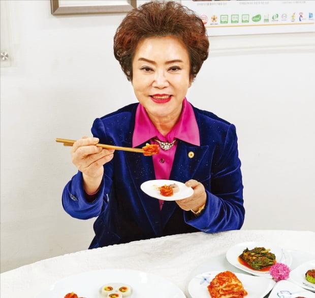 김순자 한성식품 대표가 다양한 김치 제품을 소개하고 있다.  김정은 기자