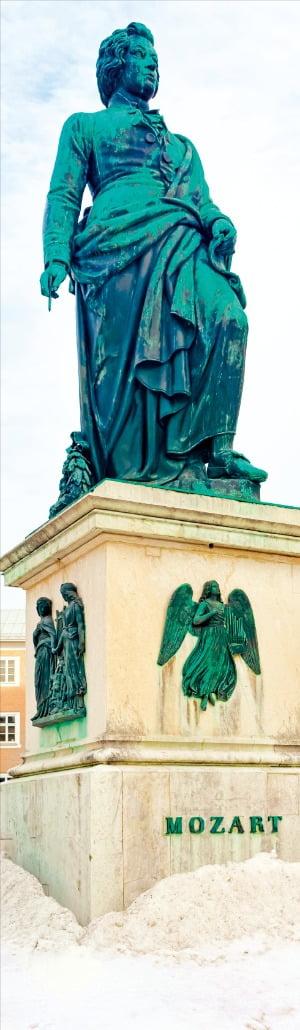 잘츠부르크 구시가지에 있는 모차르트 동상. 음악 천재 모차르트는 잘츠부르크에서 태어나 17세까지 살았다.  Getty Images Bank