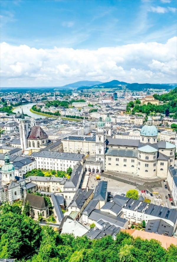 세계적 음악 도시인 잘츠부르크 도시 전경. 서울의 한강처럼 잘츠부르크 중심에 잘자흐강이 흐른다.