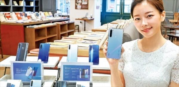 샤오미 모델이 최근 서울 역삼동 북쌔즈에서 열린 '홍미노트 8T' 출시 기자간담회에서 제품을 소개하고 있다.  샤오미  제공