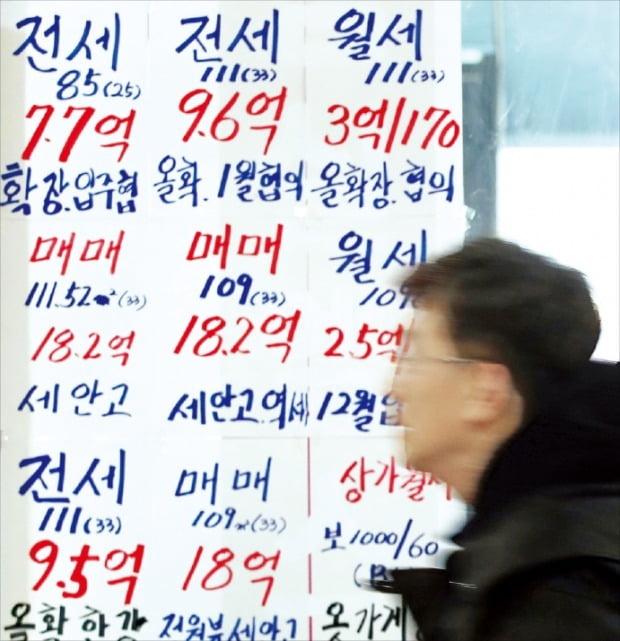 '12·16 부동산 대책' 이후 매매수요가 전세수요로 옮겨 가면서 서울 아파트 전셋값이 오르고 있다. 사진은 서울 송파구 중개업소에 붙은 매물안내장.  /연합뉴스