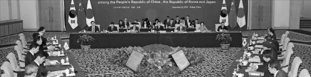 성윤모 산업통상자원부 장관(왼쪽 가운데)이 22일 중국 베이징 댜오위타이(釣魚臺)에서 중산 중국 상무부 장관, 가지야마 히로시 일본 경제산업상이 참석한 가운데 제12차 한·중·일 경제통상장관회의를 하고 있다.  /산업통상자원부  제공