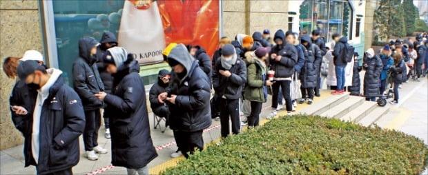 지난 9일 서울 소공동 롯데백화점 앞에 미국 신발 브랜드 컨버스의 한정판 운동화 '런스타하이크'를 사려는 젊은이들이 줄을 서 있다. /롯데백화점 제공