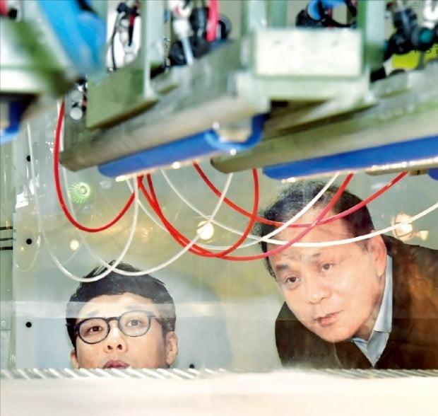 경기 김포에 있는 아모그린텍 생산 공장에서 송용설 대표(오른쪽)와 직원이 나노멤브레인 소재가 생산되는 과정을 검수하고 있다. /김영우 기자 youngwoo@hankyung.com