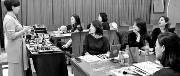 1인 가구 비중이 늘어나면서 은행들이 미혼 직원을 위한 복지를 확대하고 있다. 우리은행이 개최한 미혼 직원 전용 특강에 참여한 직원들이 메이크업 강의를 듣고 있다. 우리은행 제공