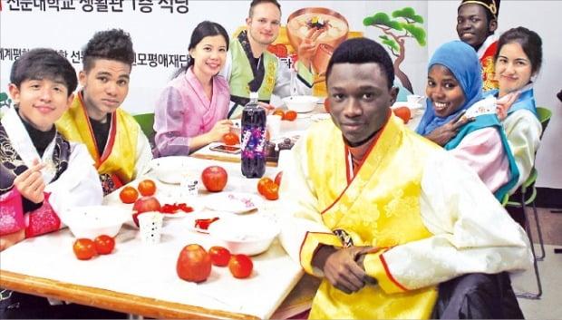 한복을 입은 선문대 유학생들이 전통음식 체험행사에 참석해 음식을 만들고 있다. 선문대 제공