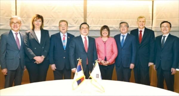 구자열 LS그룹 회장(왼쪽 네 번째)이 지난달 방한한 마야 고이코비치 세르비아 국회의장(다섯 번째)과 만나 양국 간 경제협력 강화 방안을 논의했다.  LS  제공