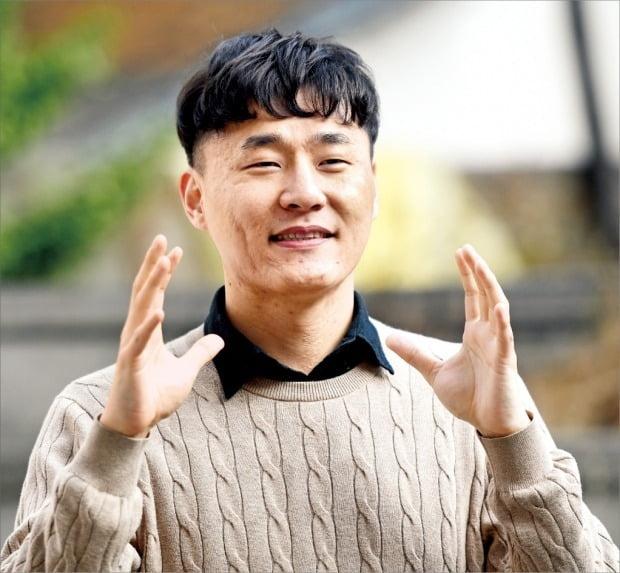 """'2020 한경 신춘문예' 장편소설 부문 당선자 정대건 씨는 """"많은 이들이 공감하고 위로받을 수 있는 이야기를 담아내는 소설을 쓰고 싶다""""고 말했다. /허문찬 기자 sweat@hankyung.com"""