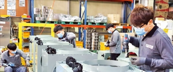 환풍기와 열교환기를 생산하는 대륜산업 직원들이 전북 완주군에 있는 공장에서 제품을 조립하고 있다. 이 회사는 지난해 삼성전자의 '스마트공장 지원 사업' 대상 업체로 선정됐다.  /한경DB