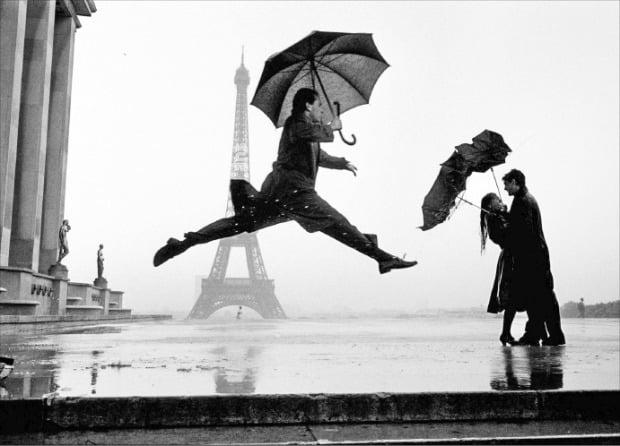 서울 예술의전당 한가람디자인미술관 '매그넘 인 파리'전에 걸린 엘리엇 어윗의 '에펠 타워 100주년'.