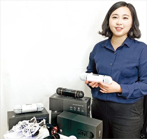 윤해진 스마트름뱅이 대표가 신발 건조기 SIN藥(신약)의 기능을 설명하고 있다.