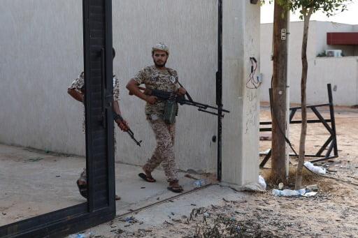 리비아 통합정부군 소속 군인 두 명이 총을 든 채 트리폴리 아인 자라 일대를 순찰하고 있다.  로이터연합뉴스.