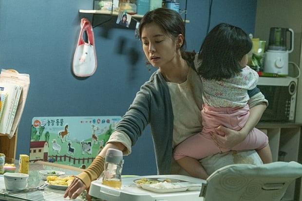 영화 '82년생 김지영'의 한 장면. 아이가 어린 엄마들은 아이를 데리고 외출하거나, 여유롭게 식사하기 쉽지 않다.