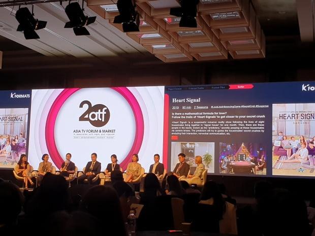 지난 4일 싱가포르 마리나 베이 샌즈에서 열린 아시아TV 포럼&마켓(ATF)에 참가한 한국 방송 관계자들이 자사 프로그램의 포맷을 홍보하고 있다.  /이주현 기자