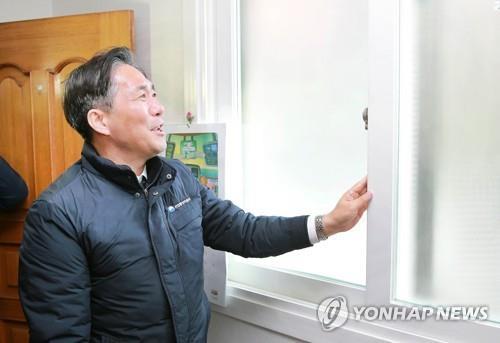 성윤모, 소외계층 겨울나기 현장 행보…김장 봉사활동도