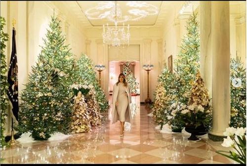 백악관 크리스마스장식 직접 공개한 멜라니아…코트 패션은 논란