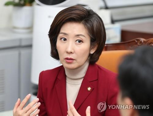 '다사다난' 나경원의 퇴장…曺사퇴 성과에도 패스트트랙 멍에