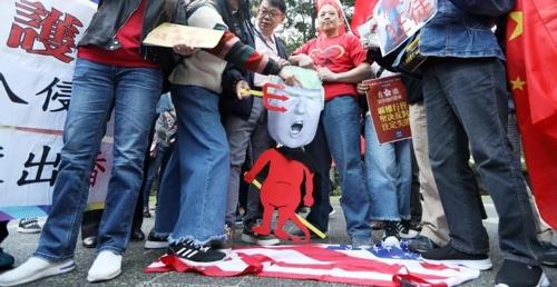 홍콩서 친중 시위대, 성조기 밟고서 '홍콩인권법' 반대 시위