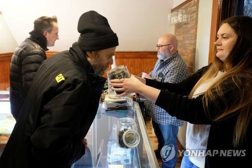 美미시간주 기호용 마리화나 판매 시작…구매자 '장사진'