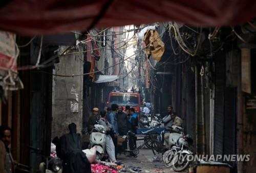 """인도 뉴델리 가방공장서 대형화재…""""43명 이상 사망""""(종합)"""