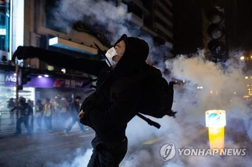 최루탄 연기 속에서 성탄절 맞은 홍콩…자정 미사·쇼핑 줄어(종합)
