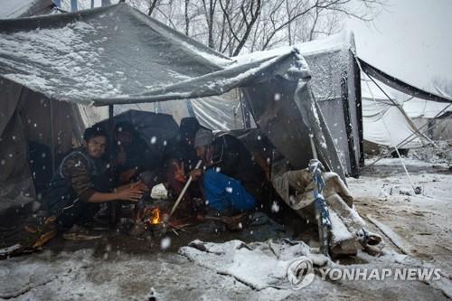 난민 수백명 쓰레기터 천막촌서 '오들오들'… 겨울 왔는데 방치