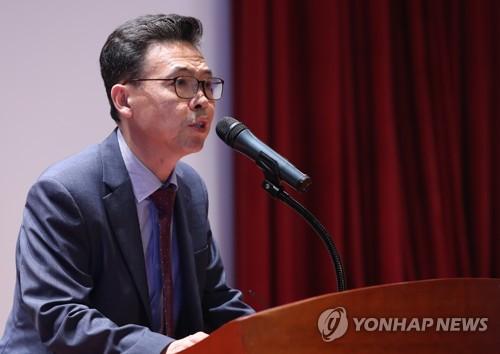 """홍장표 """"소득주도성장 갈길 멀다…긴 호흡으로 경제체질 바꿔야"""""""