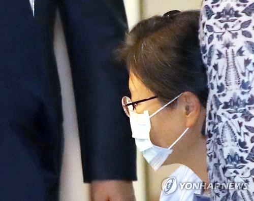 '어깨수술' 박근혜, 78일 만에 퇴원…서울구치소 재수감