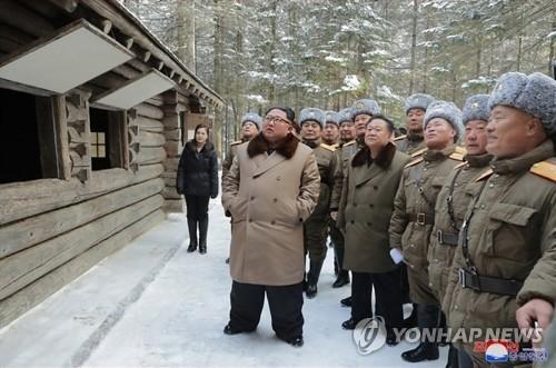 北신문, '백두산 등정'에 내부결속 총력전…'빨치산 정신' 강조