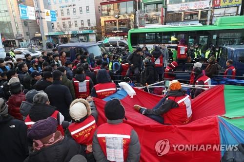 노량진역 앞 옛 수산시장 상인 노점 철거 중 충돌…3명 부상(종합)