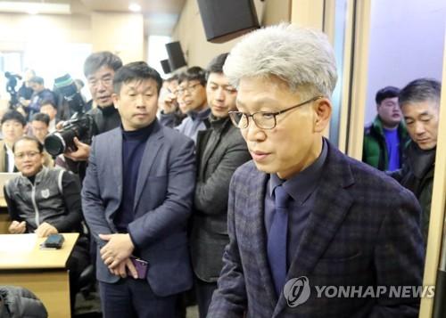 """한국당 """"대통령 꿈 이뤄주려 선거공작""""…여권 인사 무더기 고발"""
