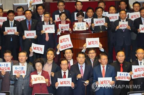 """""""날치기"""" """"세금도둑"""" 한국당 거센 항의 속 예산안 28분만에 처리"""
