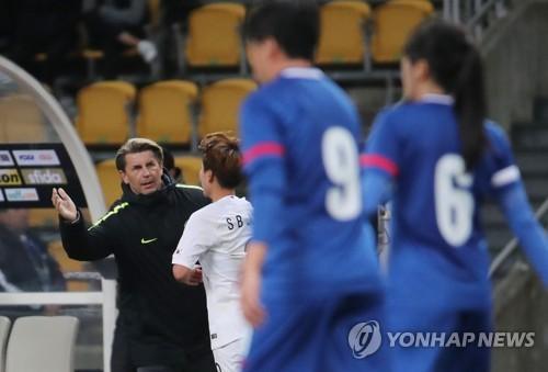 """여자축구 벨 감독 """"첫 승리 행복해요…한 걸음씩 발전하겠다"""""""