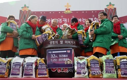 """""""메리 크리스마스"""" 다일공동체, 노숙인·홀몸노인과 거리 예배"""
