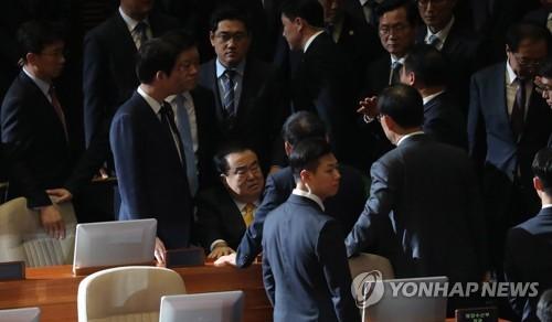 의장석 점거·인간장벽·몸싸움…'동물국회' 재연한 국회 본회의