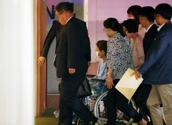 박근혜 전 대통령이 지난 9월 16일 어깨 부위 수술을 받기 위해 서울성모병원으로 들어서고 있다. 사진=연합뉴스