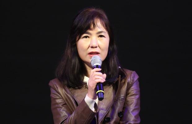 """남성 정치인 '교만하다' 표현한 공지영 작가. 공 작가는 추미애 대표에겐 """"잘할 것""""이라는 기대감을 드러냈다. /사진=연합뉴스"""