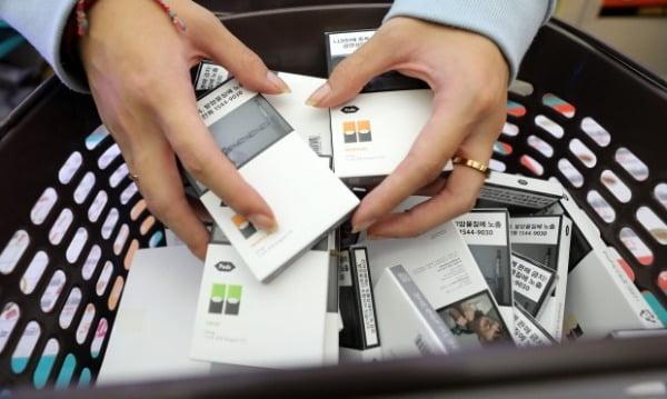 해당 사진과 기사는 관련 없음. 서울 시내 편의점에서 점원이 담배를 수거하고 있다. 사진=연합뉴스
