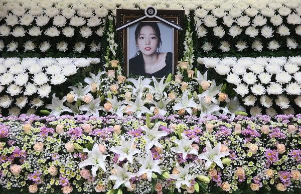 가수 구하라의 빈소가 지난달 25일 오후 서울성모병원 장례식장에 마련됐다. 이곳은 팬들을 위한 빈소로 가족과 지인을 위한 빈소는 다른 병원에 마련됐다/사진=연합뉴스