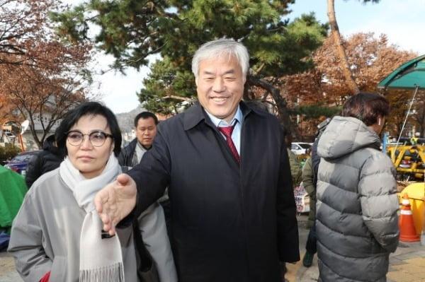 """""""문재인은 대한민국 재앙"""" 전광훈 목사 '출국금지'"""