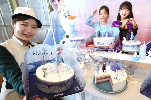 중구 뚜레쥬르 제일제당사옥점에서 모델들이 '겨울왕국2' 케이크를 소개하고 있다.(사진=연합뉴스)