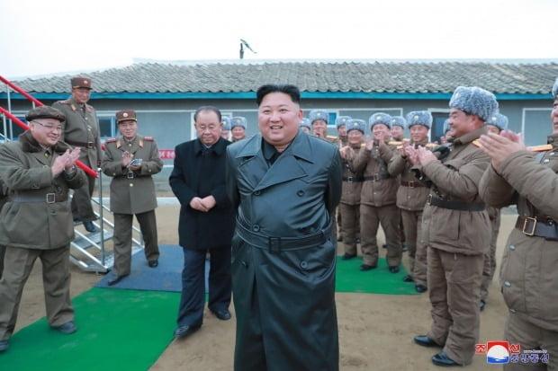 북한 김정은 국무위원장이 국방과학원에서 진행한 초대형 방사포 시험사격을 참관했다고 29일 조선중앙통신이 보도했다./사진=연합뉴스