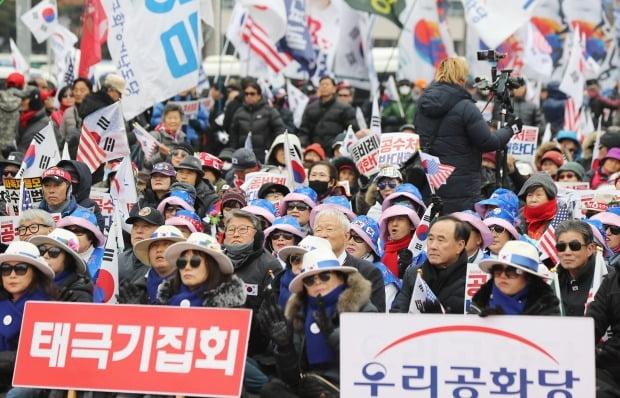 7일 오후 서울역 앞에서 우리공화당원들이 박근혜 탄핵 무효 집회를 열고 있다. 사진=연합뉴스